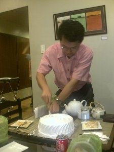 jong slicing the cake